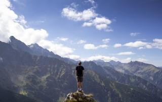 אושרו של אדם תלוי בהשגת יעדים ומטרות ראויות..?